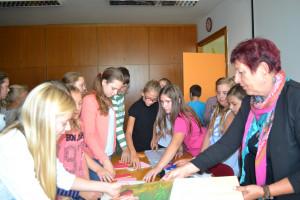 Učenci so si z zanimanjem ogledali pripomočke za slepe.